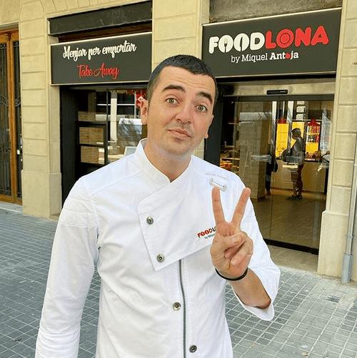 Miquel Antoja frente a su restaurante en Barcelona.
