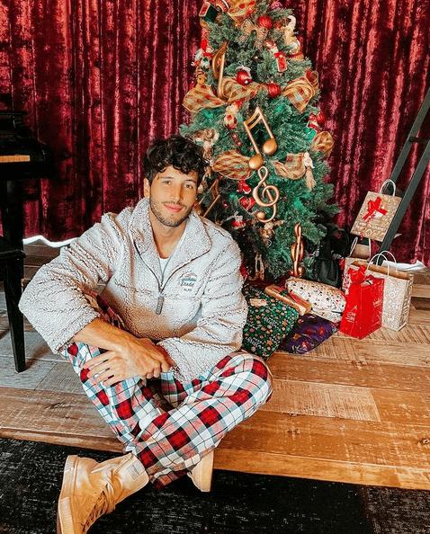 Sebastián Yatra celebra la Navidad