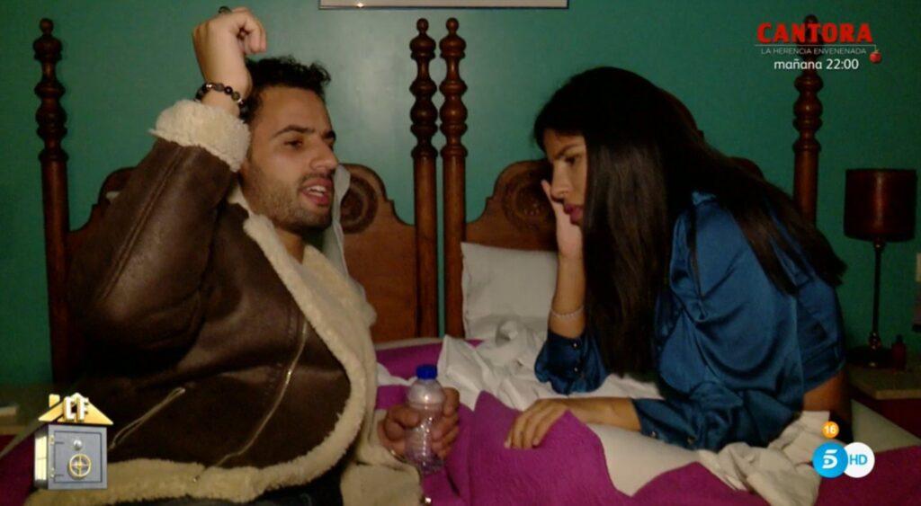 Isa y Asraf en la casa