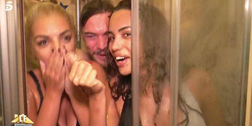 Mayka mira a Tony en la ducha